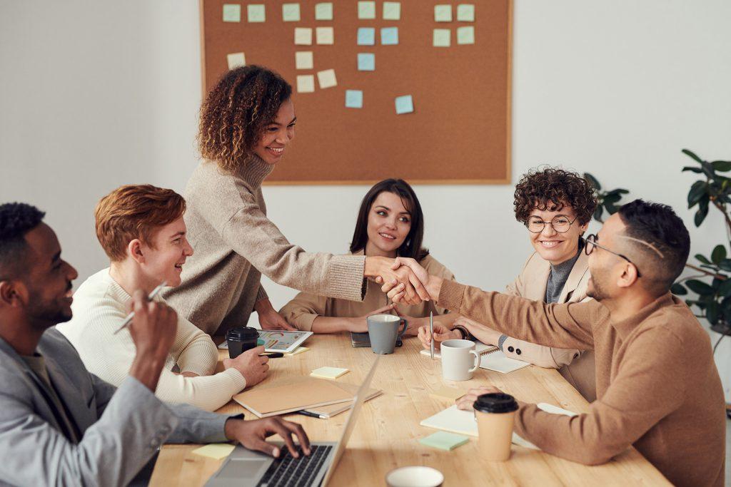 Photographie de deux personnes en train de se serrer la main lors d'une réunion de travail de RQTH recrutement